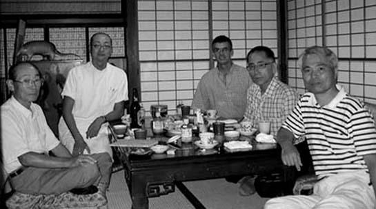 Toby Threadgill et Shingo Ohgami avec Masahiro, Matsuoka, Takeshi Matsuoka et Saitoh Takao dans la maison des Matsuoka à Akeno, Japon - le 27 juillet 2007