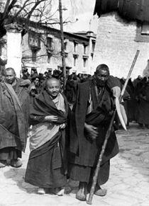 moine guerrier accompagne moine ancien