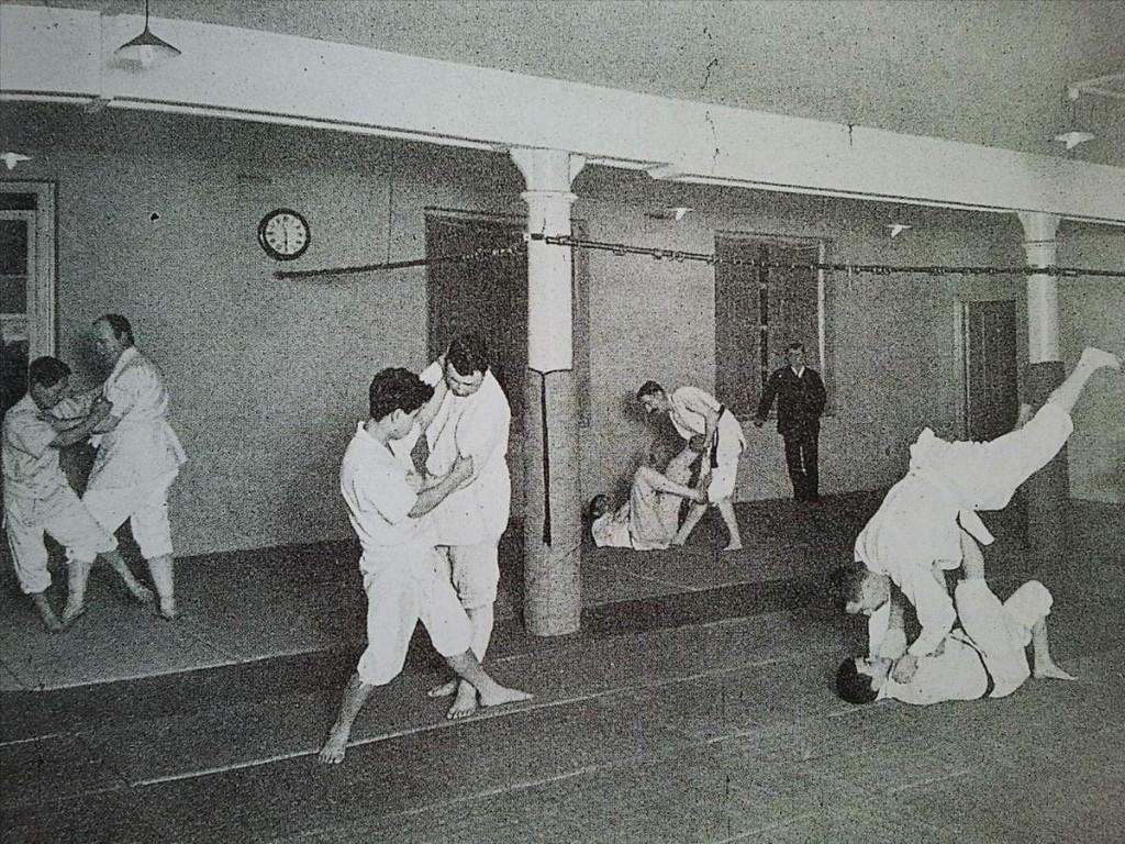 Aux origines des arts martiaux japonais en europe le for Origine des arts martiaux
